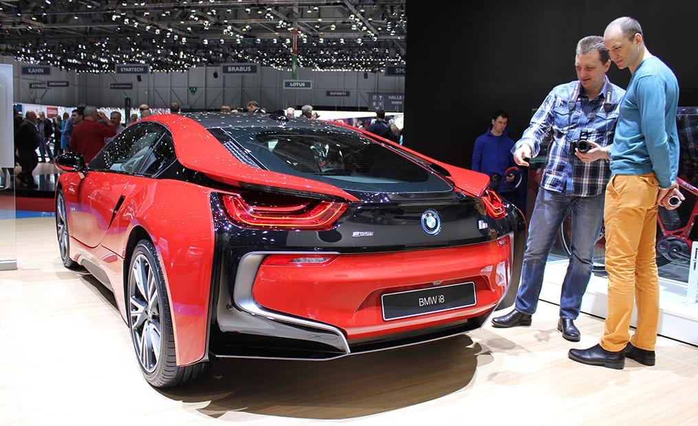 Bei der Sondereditiondes BMW i8 handelt es sich hauptsächlich um die Farbgebung in Protonic Red. Dieses Sondermodell soll nur bis Ende 2016 gebaut werden.