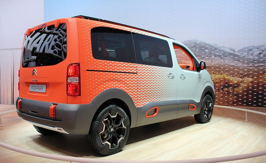 Die Optik des Citroen-Vans ist rustikal, die Planken sorgen für Offroad-Look und der Innenraum leuchtet in einem Farbmix aus Türkis, Hellgrau und Neon-Orange.