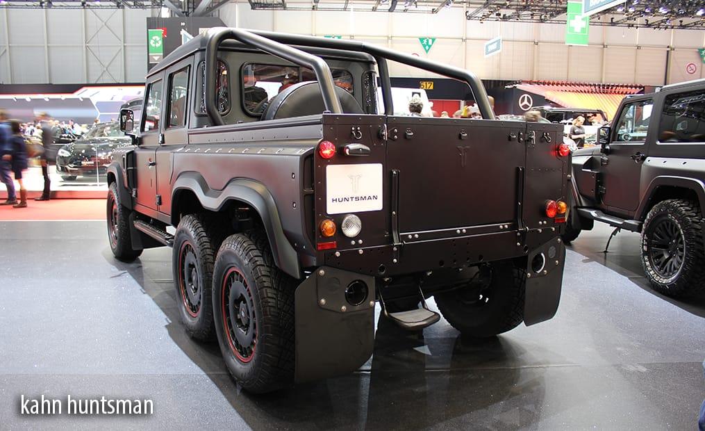 Ein Showcar der besonderen Art - Der Flying Huntsman 110 6x6 Defender Double Cab Pickup steht auf 3 Achsen.