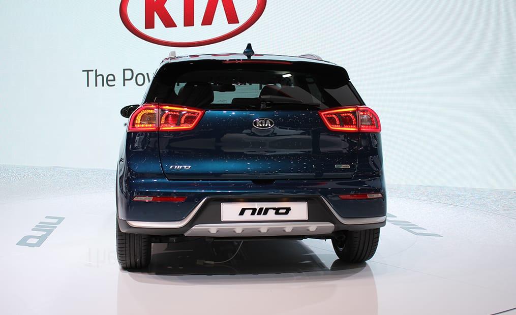 Der Kia Niro ist ein nagelneuer Hybrid-Crossover. Er ordnet sich zwischen Soul und Sportage ein und kommt im Sommer für rund 20.000 Euro auf den Markt.