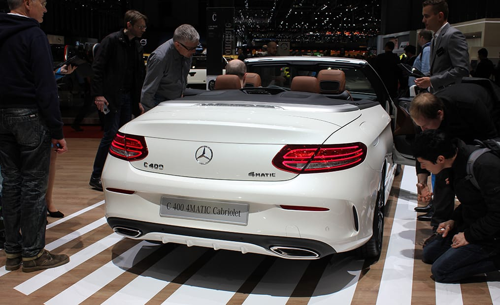 Erstmals gibt es die Mercedes C-Klasse als offenes Modell mit Stoffdach. Das vollautomatische Stoffverdeck öffnet in weniger als 20 Sekunden.