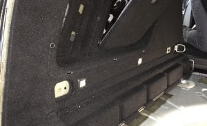 Vrekleidung im Kofferraum abschrauben